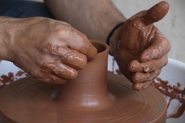 ¿Cuáles son las diferencias entre la cerámica y el barro