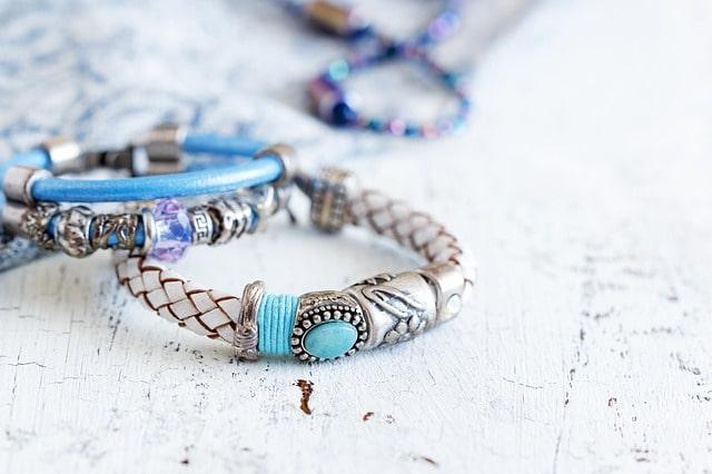 ¿Cómo se hacen las joyas artesanales?
